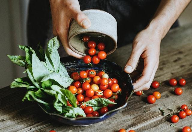 Muž pripravuje zdravý šalát zo zeleniny