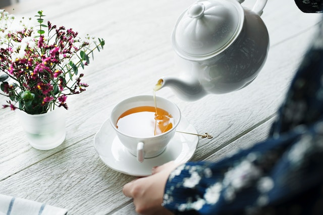 Človek, ktorý zalieva čaj.jpg