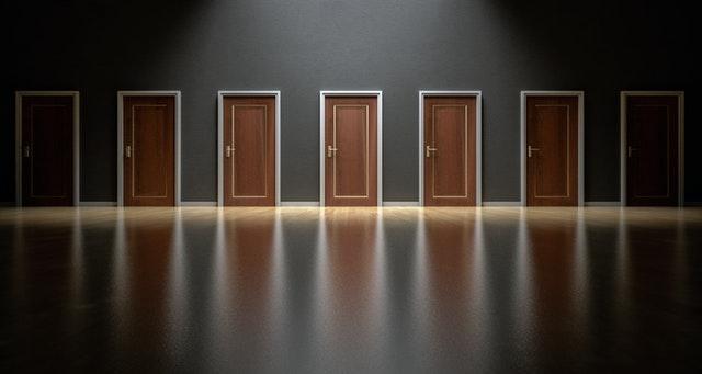 7 hnedých dverí vedľa seba