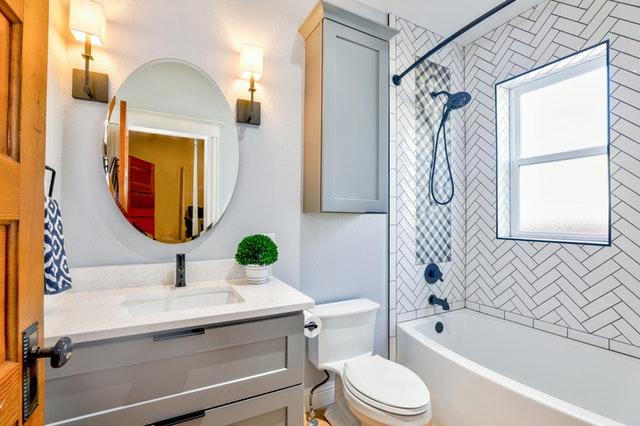 Otvorené dvere do kúpeľne, sprcha, toaleta