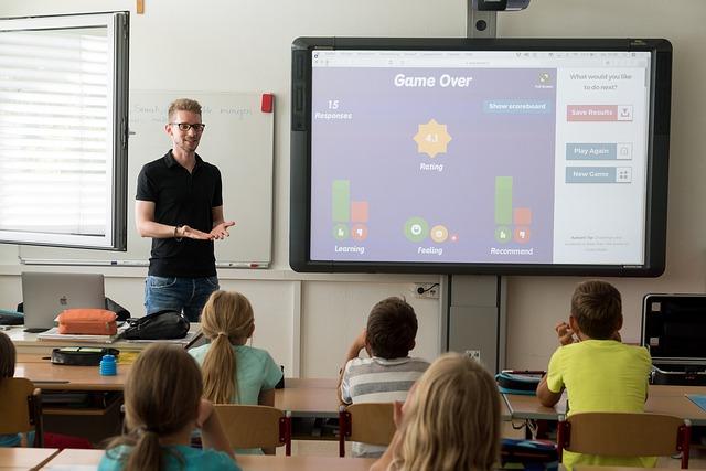učiteľ žiaci tabuľa.jpg