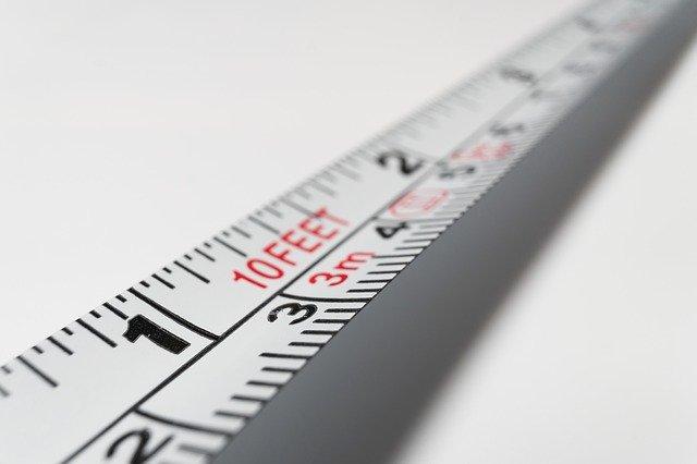 Detail na biely kovová centimeter.jpg