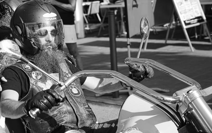 Motorkár, brada, čiernobiele.jpg