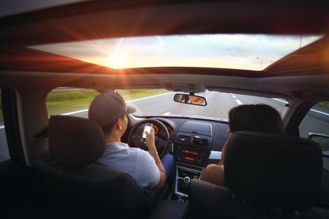 ľudia v aute